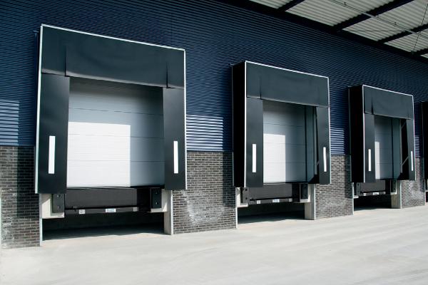Association de petites portes sectionnelles Normstahl Entrematic, avec quai de chargement à la taille des portes de camion pour les sites logistiques. ©Normstahl Entrematic