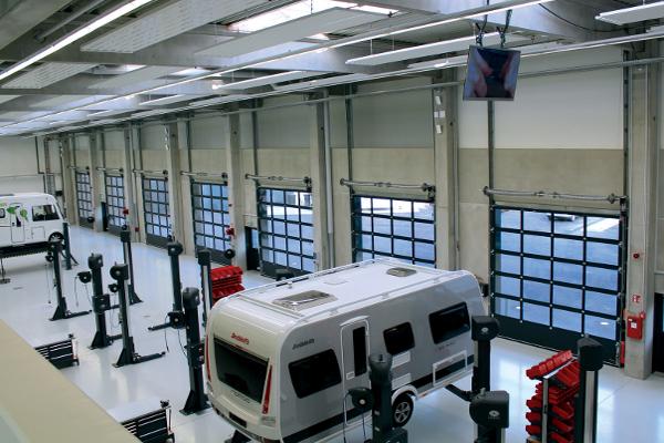 La porte sectionnelle Novolux® Thermo 60 mm de Novoferm se caractérise par une valeur U : 5 000 x 5 000 mm (2,35 W/m2.K avec triple vitrage). ©Novoferm