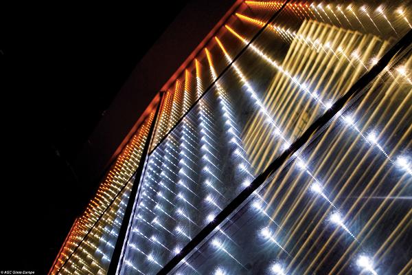 Les Leds intégrées dans le verre de Glassiled sont en conquête des façades des pays émergents ; cette technologie AGC ouvre en France et en Europe de nouvelles perspectives  ©AGC Glass  urope/Architecte : Wang Ouyang