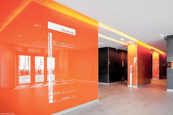 Le verre habille les murs du hall d'entrée de la Tour Oxygène à Lyon - Lacobel orange et Mirox 3G - AGC Glass Europe ©AGC Glass Europe