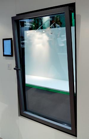 Technal répond au marché de la domotique avec plusieurs partenaires pour son offre de fenêtres XXL et la diversité de ses systèmes d'ouverture ©Technal