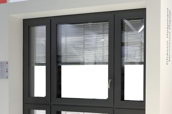 Wicline 115 AFS de Wicona, fenêtre thermo-acoustique respirante qui élimine la condensation et l'embuage ©Wicona