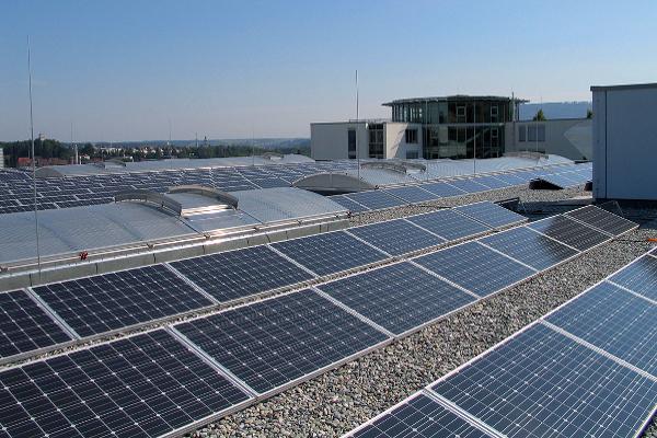 Chez ISO-Chemie, le système photovoltaïque installé sur le toit de l'immeuble produit en moyenne à l'année 1/5ème de la consommation en électricité ©ISO-Chemie
