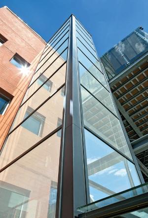 La surface brillante de Silverstar Whiteshine offre aux façades en verre un éclat unique ©Glas Trösch